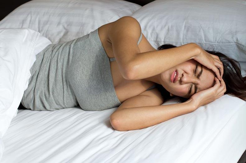 疲れて朝起きれない女性
